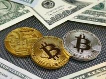 Złote i srebne bitcoin monety i amerykańscy dolary notatek na abstrakcjonistycznym tle Bitcoin cryptocurrency Zdjęcie Royalty Free