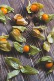 Złote jagody na drewnianym tle Wyśmienicie żółte jagody są pęcherzycą Zdjęcia Royalty Free