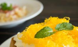 Złote Jajecznego Yolk nici lub Foi paska grzanki Tajlandzki deser Batożąca Kremowa Czekoladowa prawica 2 fotografia royalty free