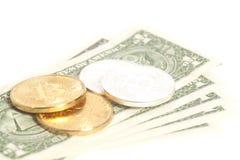 Złote końcówki srebra bitcoin monety na my dolary Zdjęcia Stock