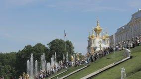 złote kościelne kopuły Rosjanina chorągwiany falowanie w wiatrze, Rosja, Peterhof Uroczysty pałac zbiory