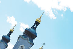 Złote kopuły świątynia przeciw niebieskiemu niebu Fotografia Stock