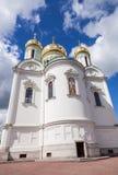 Złote kopuły Catherine katedra przeciw niebieskiemu niebu Fotografia Stock