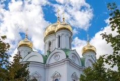 Złote kopuły Catherine katedra przeciw niebieskiemu niebu Zdjęcia Royalty Free