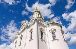 Złote kopuły Catherine katedra przeciw niebieskiemu niebu Obrazy Stock