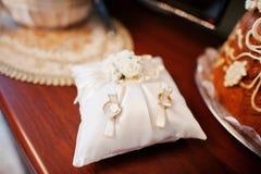 Złote obrączki ślubne na małej poduszce przy ceremonią zdjęcia royalty free