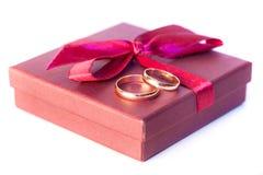 Złote obrączki ślubne z dekoracją fotografia stock