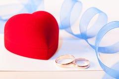 Złote obrączki ślubne z dekoracją fotografia royalty free