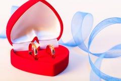 Złote obrączki ślubne z dekoracją obraz royalty free