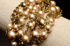 Złote perły z złotą łańcuszkowych połączeń bransoletką Obraz Stock