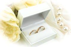 złote pierścienie poślubić Zdjęcia Royalty Free