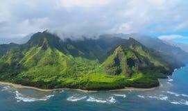 Złote plażowe i zielone góry przy Na Pali Suną linię brzegową, widok z lotu ptaka strzelający od helikopteru, Kauai, Hawaje fotografia royalty free