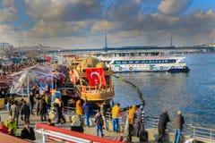 Złote rogów rybaków ` s łodzie Eminonu Istanbuł obrazy royalty free