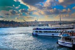 Złote rogu rejsu łodzie Eminonu Istanbuł zdjęcie royalty free
