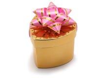 złote serce daru pudełkowy w kształcie obraz stock