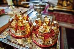 Złotego ślubu korony przy stołem na kościół fotografia royalty free