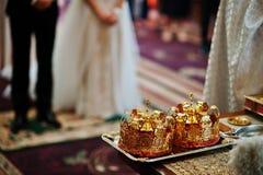 Złotego ślubu korony przy stołem na kościół obraz royalty free
