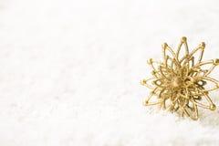 Złotego płatka śniegu Biały tło, Abstrakcjonistyczny Złocisty Śnieżny płatek Zdjęcie Stock