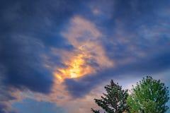 Złotego słońca ciemnienia pouczające chmury Fotografia Stock