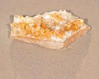 Złotego uzdrowiciela grona Kwarcowa próbka od Arkansas na mokrym piasku na plaży obraz royalty free