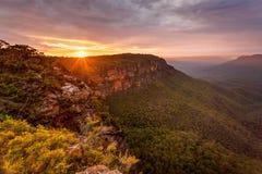Złotego wschodu słońca Błękitne góry Australia fotografia stock