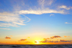 Złotego zmierzchu tropikalny denny tło zdjęcie stock