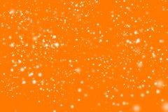 Złotej abstrakcjonistycznej błyskotliwości pomarańczowy tło z mrugać białych nieregularnych punkty Zamazany Bokeh Splendor tekstu Obrazy Stock