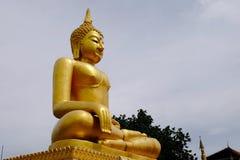 Złotej Buddha Birmańskiej sztuki Tajlandzki styl mieszał Tajlandzką sztukę Granica Tajlandia, Obraz Royalty Free