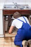 Złotej rączki naprawiania zlew w kuchni Obraz Stock