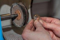 Złotnik poleruje pierścionek 2 Obrazy Royalty Free