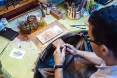 Złotnik pracuje na jego ławce obrazy royalty free