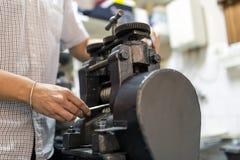 Złotnik wykonuje ręcznie metal fotografia stock