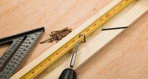 Złoto śruba mierzy i jadąca w deskę Obraz Royalty Free