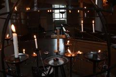 Złoto świeczki i krzyż obraz royalty free