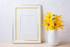 Złoto dekorujący ramowy mockup z żółtym rosinweed kwitnie Fotografia Stock