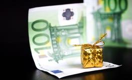 Złoto euro na czerni i teraźniejszość zdjęcie royalty free