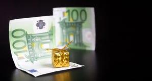 Złoto euro na czerni i teraźniejszość fotografia royalty free