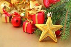Złoto gwiazdowe i Bożenarodzeniowe dekoracje Fotografia Royalty Free
