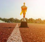 Złoto Jeden trofeum, szlakowy bieg, złocisty trofeum filiżanki bieg rasy pas ruchu Fotografia Royalty Free