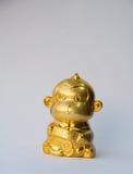 Złoto małpa z złocistą monetą dla chińskiego nowego roku Fotografia Stock