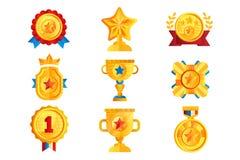 Złoto nagradza set, różnorodnego trofeum, nagrodzoni emblematy i wektorowe ilustracje na bielu, złote osłony, medalu, filiżanki i royalty ilustracja