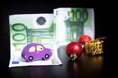 Złoto teraźniejszy, boże narodzenie dekoracje i euro na czerni, Ostrość na samochodzie zdjęcie stock