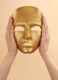 złoto wręcza mienie maskę fotografia royalty free