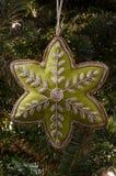 Złoto Żyłujący zieleni gwiazdy bożych narodzeń ornament na Jedlinowym drzewie Fotografia Stock