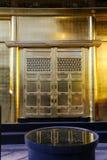 Złoty Świątynny drzwi z odbiciem Zdjęcie Stock