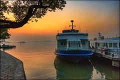 Złoty światło nad łodziami fotografia stock