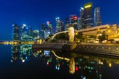 Złoty światło w ranku przy Singapur Marina zatoki Merlion parkiem Zdjęcia Stock