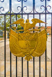 Złoty żakiet ręki w bramie przy Prezydencką siedzibą, bagno Obrazy Royalty Free
