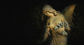 Złoty anioł w x28 & świetle słonecznym; antykwarski statue& x29; Zdjęcie Royalty Free