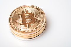 Złoty bitcoin cryptocurrency na białym tle Obrazy Stock